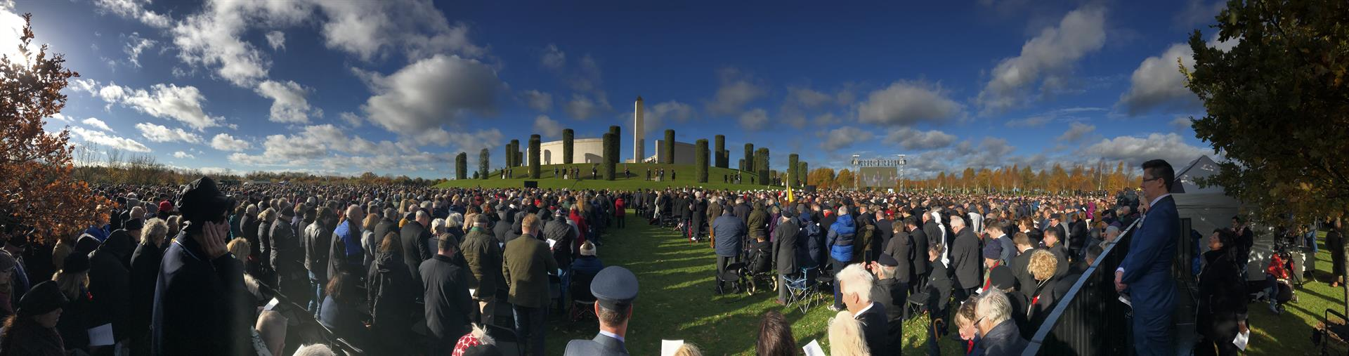 Image of crowd at Armistice 100 service